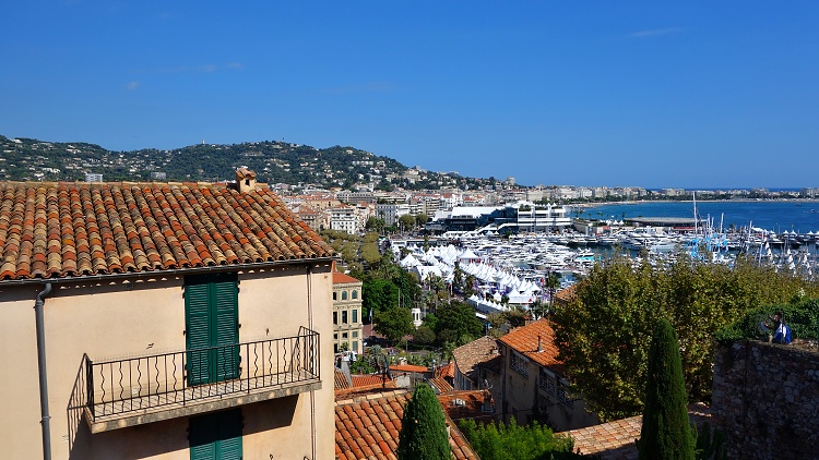 Get creative and try to get an extra income (Cannes, France)