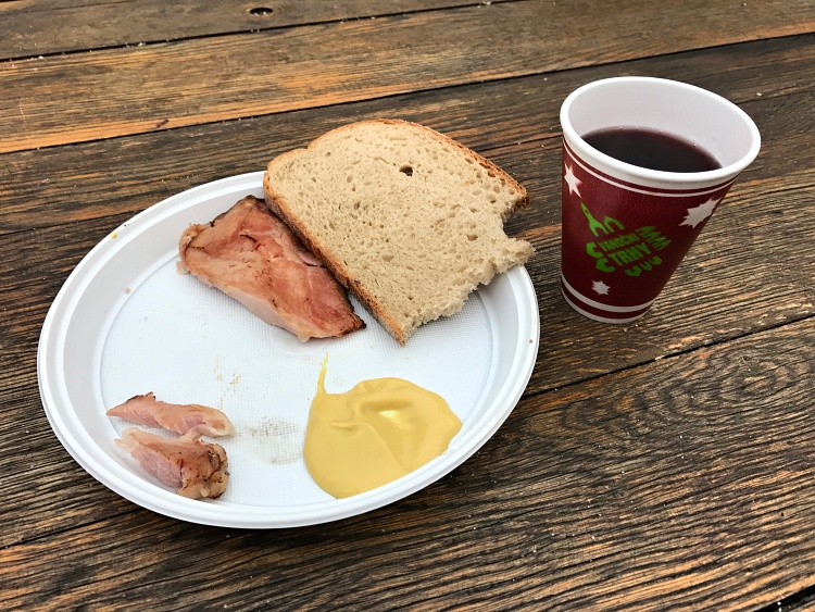 Roasted ham (sunka) is served with bread and mustard, while mulled wine will warm you up